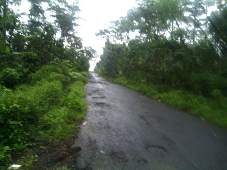 Jalan masih basah karena hujan dari malam sampai pagi :shock: