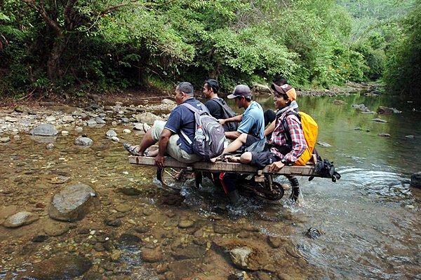 Warga menaiki ojeg palang yang melintasi sungai Leuwi Karet dengan jarak tempuh yang cukup jauh di Kampung Cilengsir, Kecamatan Ciandum, Tasikmalaya, Jawa Barat, Senin (18/5).